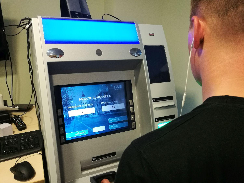 Šiuolaikiški bankomatai tampa draugiški akliesiems ir silpnaregiams