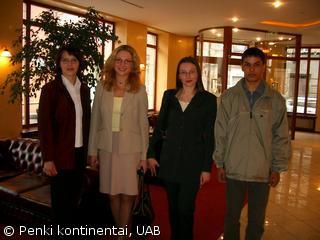"""Laureatas  A.Mačiulaitis su mokytoja K.Nosamiene ir UAB """"Penki kontinentai"""" atstovės"""